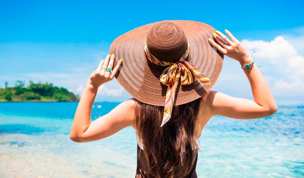 Chica teniendo un cuidado de la piel usando un sombrero