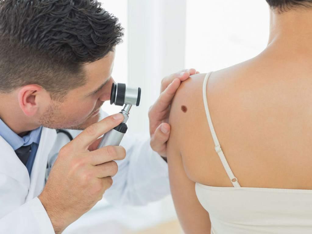 Dermatólogo con paciente