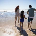 Familia viendo el mar