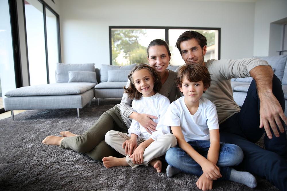 Familia sentada en la sala