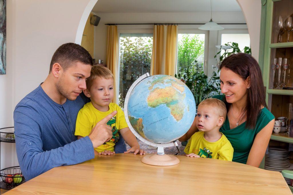 Personas eligiendo destino para las vacaciones en familia