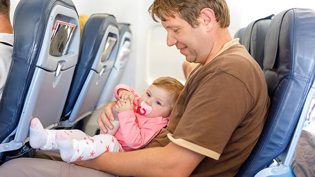 Hombre experto en viajar con bebés en avión