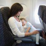 Mamá viajando con su bebé en avión