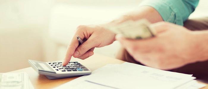 Persona calculando presupuesto
