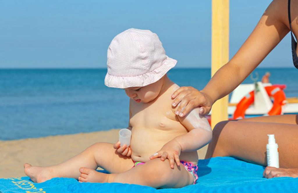 Bebé con protector solar