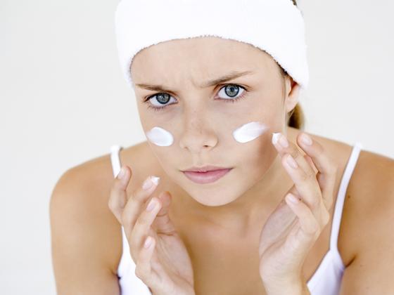 Chica con crema para piel sensible