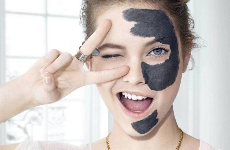 Chica cuidando de su piel