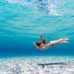 Chica debajo del mar