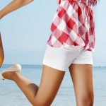 Chica en la playa con su maleta