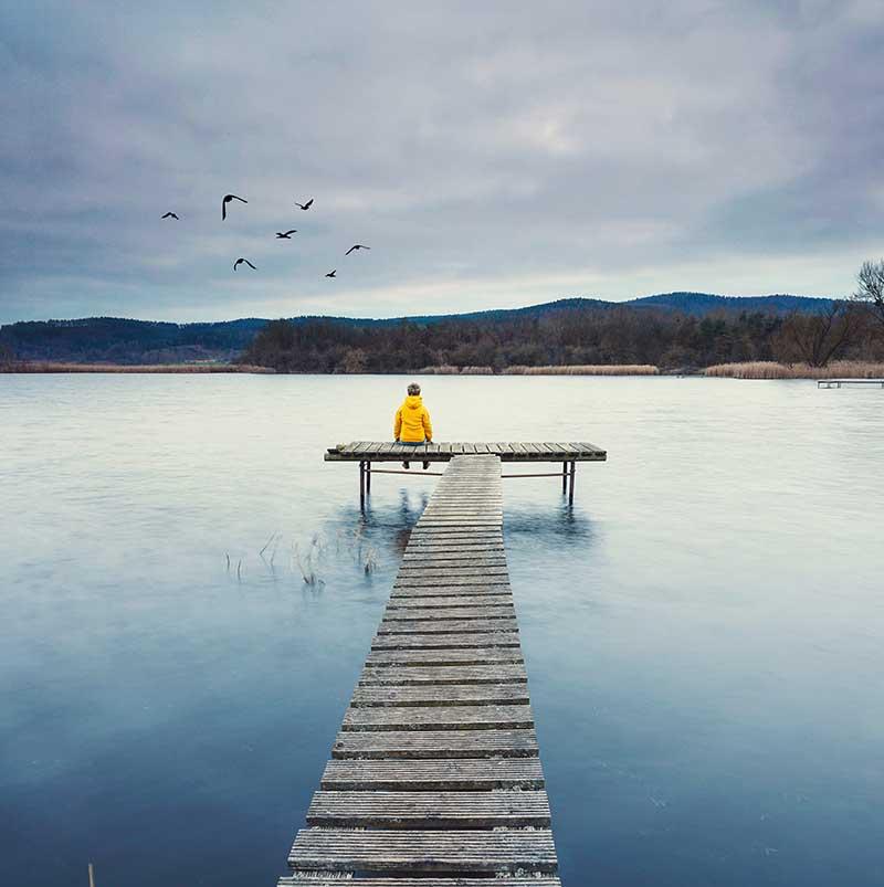 Hombre frente al lago