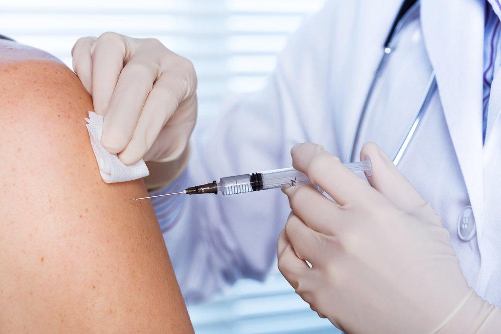 Doctor inyectando a su paciente