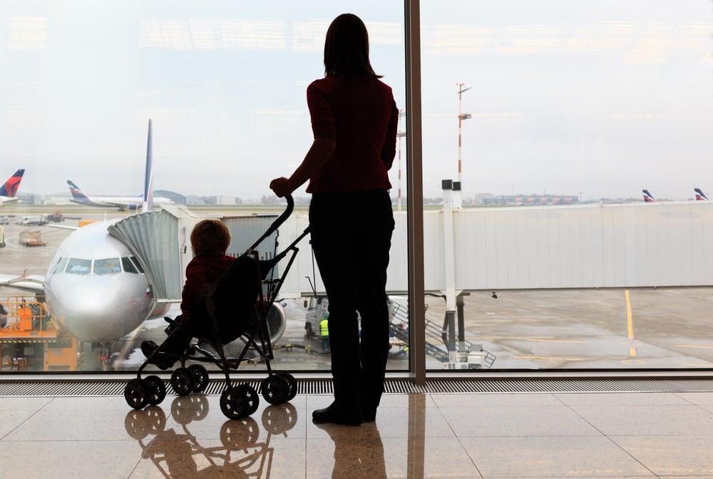 Mamá y bebé en un aeropuerto