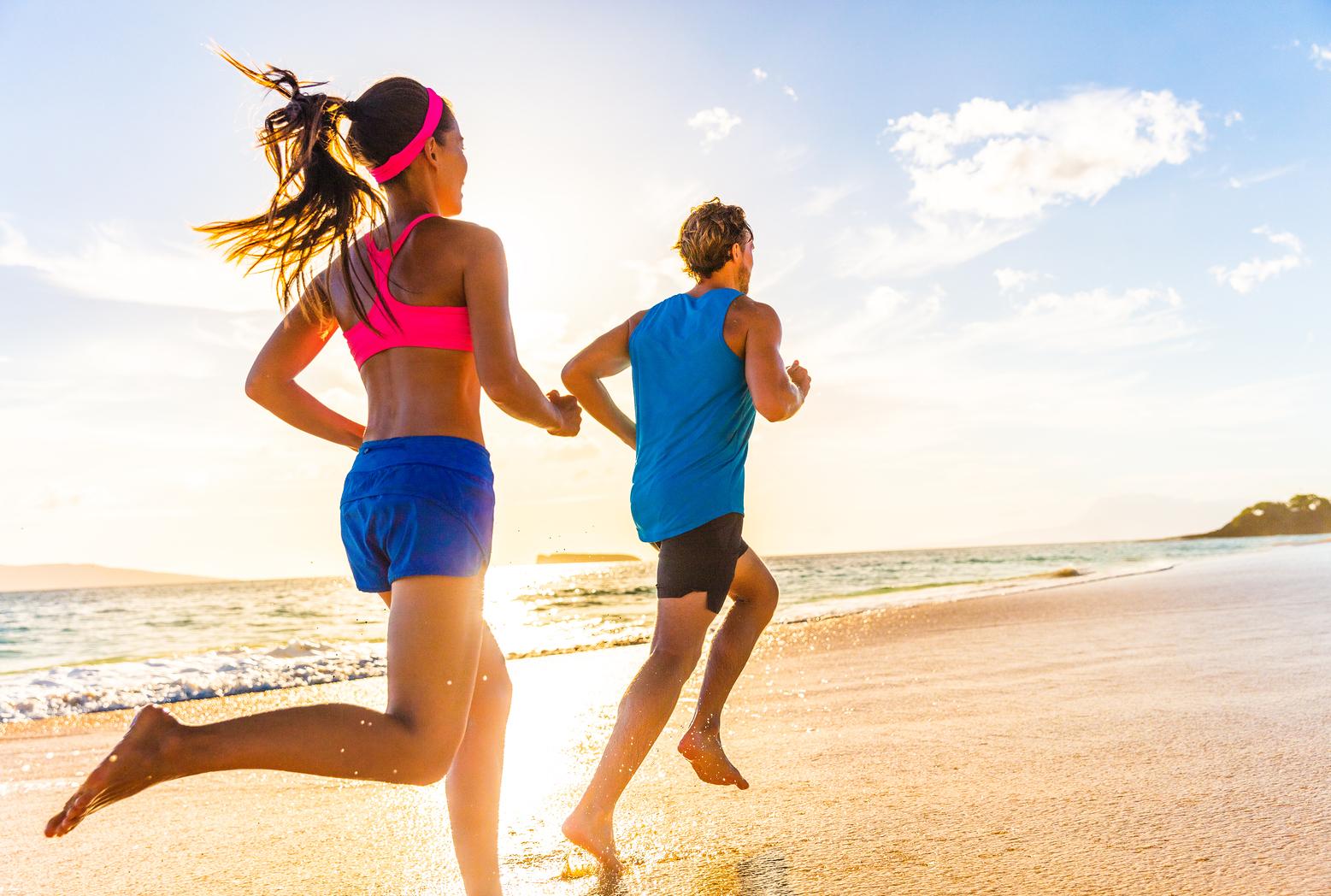 Chicos corriendo en la playa