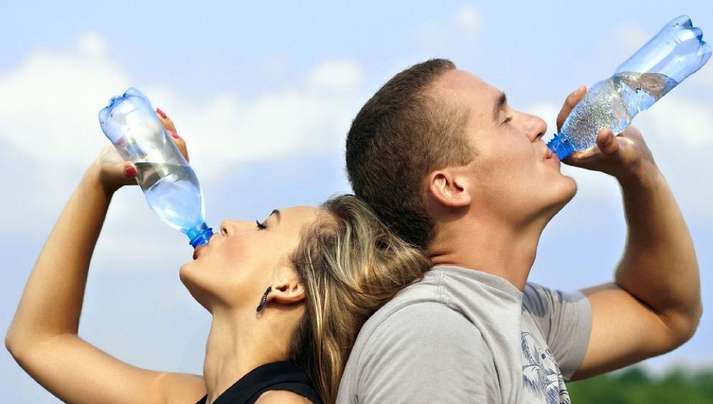 toma el agua necesaria